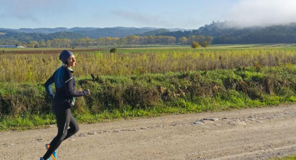 Riscaldamento sulla francigena con Monteriggioni sullo sfondo
